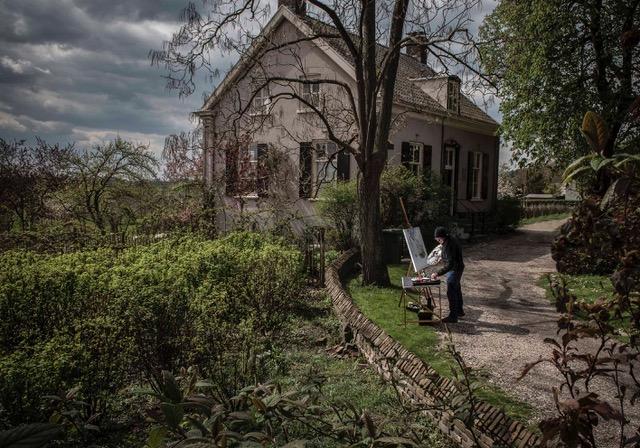Bart schildert huis in Oosterbeek. Foto door Martine Siemens